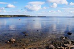 Lake Onega на солнечный ясный день, затишье, облака в небе, вы можете увидеть overgroun берега с лесом на переднем плане, камень стоковая фотография rf
