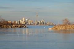 Lake Ontario på solnedgången med Toronto stadshorisont och CN-tornet i bakgrunden arkivfoto
