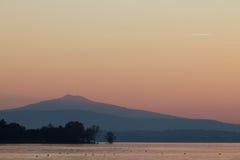 Lake på skymningen Fotografering för Bildbyråer