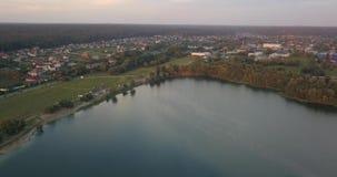 _ Lake på solnedgången En härlig sjö från en fågel`-s-öga sikt stock video