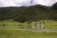 Lake Pillersee with farmhouse in Sankt Ulrich am Pillersee, Austria Stock Photos