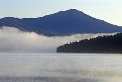Lake Placid med dimma på soluppgång, NY arkivbild