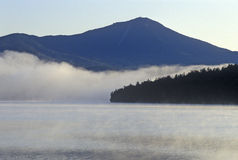 Lake Placid met mist bij zonsopgang, NY stock fotografie