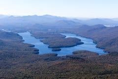 Lake Placid, wie von Whiteface-Berg im Adirondacks von NY im Hinterland gesehen Stockfotos