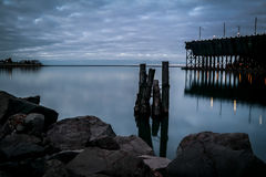 Lake Superior från två hamnar, MN på gryning Royaltyfri Fotografi