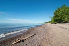 Lake Superior shoreline på solig en sommars fridagkust i övrehalvön av Michigan royaltyfri foto