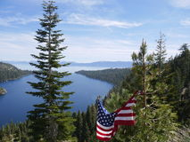Lake Tahoe mit der USA-Flagge Stockbilder