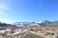 Lake Tahoe Schnee-bedeckte Gebirgswinter-Ansicht mit einer Kappe Lizenzfreie Stockfotos