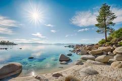 Lake Tahoe stenig strand royaltyfria bilder