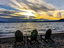 Lake- Tahoesonnenuntergang und -stühle auf Strand Stockbild
