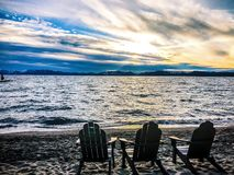 Lake- Tahoesonnenuntergang und -stühle auf Strand Stockfoto