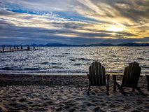 Lake- Tahoesonnenuntergang und -stühle auf Strand Stockfotografie