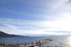 Lake- Tahoesonnenuntergang und -stühle auf Strand Stockbilder