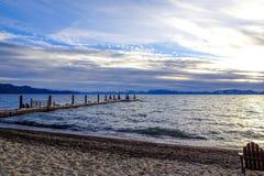 Lake- Tahoesonnenuntergang und -stühle auf Strand Lizenzfreie Stockbilder