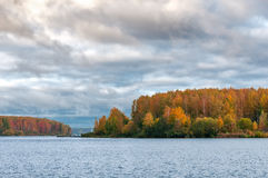 Lake under den blåa molniga skyen royaltyfri foto
