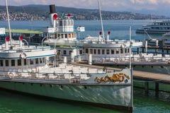 Lake Zurich Navigation Company的船在湖Zuric的一个码头 免版税库存图片