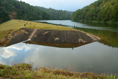 Lakefördämning spillway royaltyfri fotografi