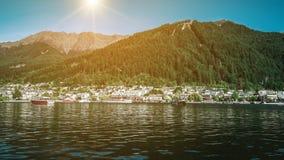 Lakefront av den Queenstown staden, Nya Zeeland Fotografering för Bildbyråer