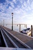 Lakefrontgang in de diagonale lijnen van buranovenetië Royalty-vrije Stock Foto's
