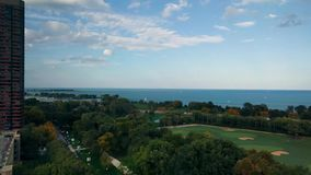 Lakefrontmening in Lincoln Park, Chicago, de V.S. De Aandrijving en Meer Michigan van de meerkust stock footage