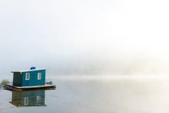 Lakehouse en niebla fotos de archivo libres de regalías