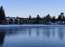 Lakekustuppehälle på en vintermorgon Arkivbilder