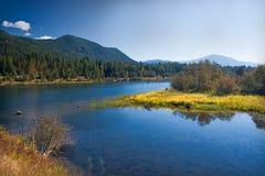 Lakeland mit Wiese in Montana lizenzfreies stockbild