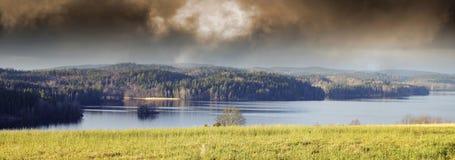 Lakelandskap och liggande arkivbild