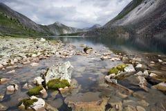 lakemossberg stenar genomskinligt vatten Royaltyfria Foton