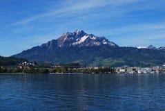 Laken och berg Royaltyfria Bilder
