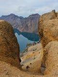 Laken Tianchi i krater av vulkan. Royaltyfri Foto