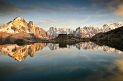 Lakereflexion på de franska alpsna Arkivbild