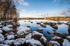 Lakescape med första snö royaltyfria bilder