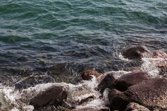 Lakeshore прилив среди утесов Стоковое фото RF