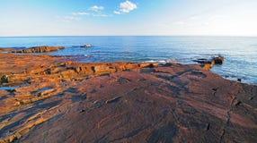 Lakeshore rocce al tramonto Immagini Stock