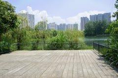 Lakeside a clôturé la plate-forme de visionnement la ville de l'été ensoleillé Photos stock