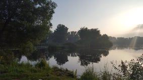 Lakeside på gryning arkivbild