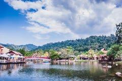 Lakeside par la montagne Photo stock