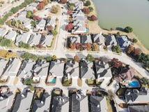 Lakesidebostadsområde för bästa sikt med den färgrika höstnedgångbetesmarken royaltyfri bild