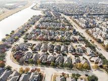 Lakesideindelning i underavdelningar för flyg- sikt nära Dallas, Texas, Amerika sänka royaltyfria bilder