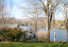 Lakesidekabin med Mountain View Arkivbild
