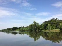 lakesidelandskap med klart vatten Fotografering för Bildbyråer