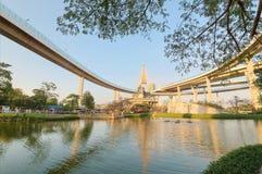 Lakesidelandskap under den Bhumibol bron eller industriella Ring Road med sikt av högstämt huvudvägutbyte & brotornet Royaltyfri Bild