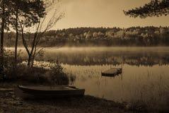 Lakesidemorgon i antikt ljus arkivfoton