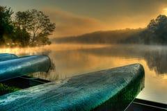 Lakesiden kanotar i HDR Arkivfoto