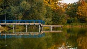 Lakesiden med trädäcket fördjupa ut in i vatten royaltyfri bild