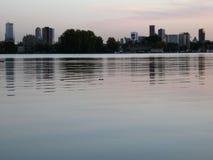Lakesidesikt av den Rotterdam horisonten på skymning III Arkivfoton