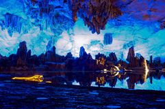Lakesidestad i grotta royaltyfria foton
