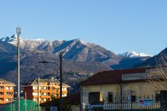 lakeview do maggiore do lago do verbania em montanhas e em bulevar imagem de stock royalty free