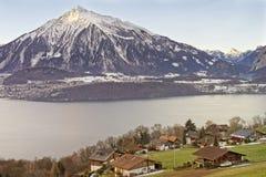 Lakeview sopra le montagne svizzere delle alpi in un villaggio svizzero vicino a T Fotografia Stock